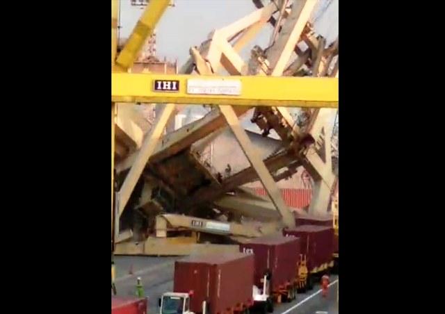 https: img.okezone.com content 2019 07 14 512 2078807 kapal-muatan-peti-kemas-hantam-crane-pelabuhan-tanjung-emas-semarang-Br1j21mNpL.jpg