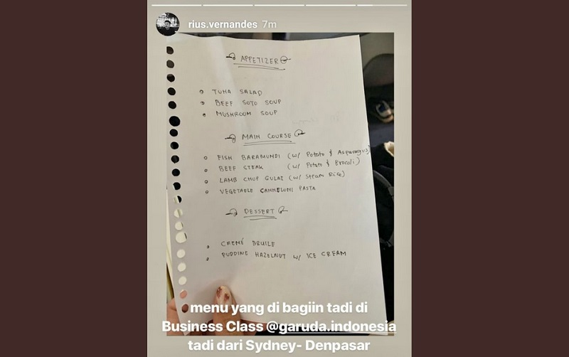 https: img.okezone.com content 2019 07 15 298 2078858 viral-daftar-menu-bertulis-tangan-di-kelas-bisnis-garuda-indonesia-ini-kronologinya-nw7nowj2Wb.jpg