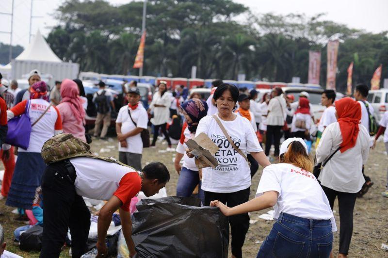https: img.okezone.com content 2019 07 15 337 2079162 melihat-aksi-pasukan-semut-di-acara-visi-indonesia-jokowi-e2evgwvEcb.jpg