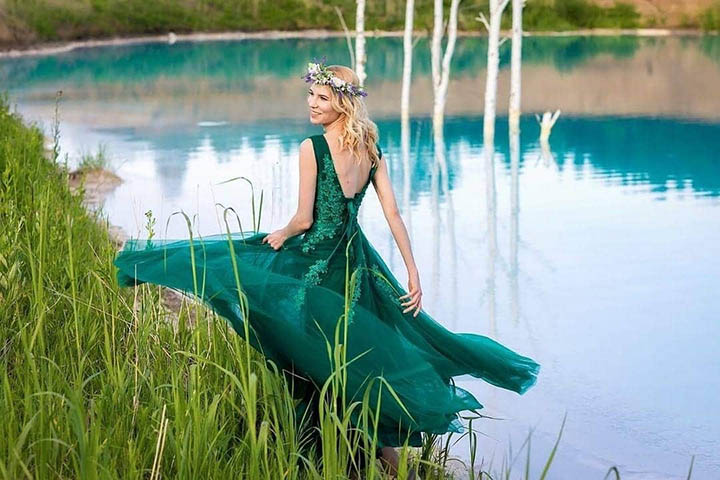 https: img.okezone.com content 2019 07 15 406 2079097 viral-danau-biru-di-siberia-travel-blogger-dan-influencer-berbondong-bondong-ke-sana-jLN0QuarBA.jpg