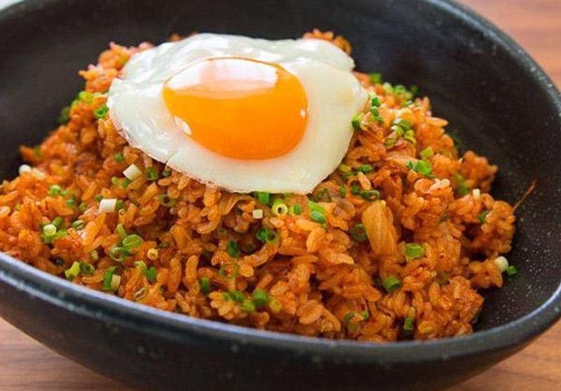 https: img.okezone.com content 2019 07 16 298 2079607 nasi-goreng-kimchi-dengan-gyeran-mari-sedap-untuk-sarapan-526GQvyj9E.jpg