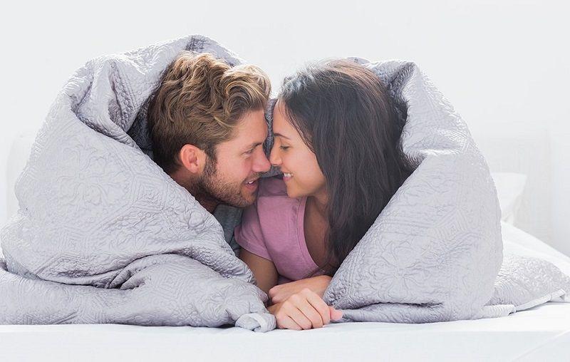 https: img.okezone.com content 2019 07 16 485 2079691 4-obrolan-soal-seks-ini-wajib-dibahas-bersama-pasangan-v5y4DJsy6T.jpg