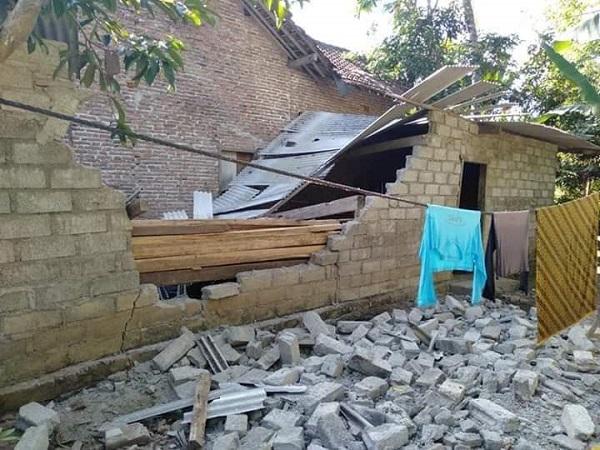 https: img.okezone.com content 2019 07 16 519 2079602 belasan-bangunan-di-banyuwangi-rusak-akibat-gempa-magnitudo-5-8-hG0VFKxwUB.jpg