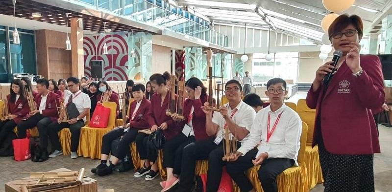 https: img.okezone.com content 2019 07 16 65 2079499 mahasiswa-kun-shan-university-ikuti-program-pembelajaran-di-untar-h5DMVkgm5V.jpg