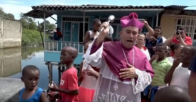 https: img.okezone.com content 2019 07 17 18 2080231 redam-kejahatan-geng-seorang-uskup-ingin-siram-kota-dengan-air-suci-dari-helikopter-IeSrffnruO.jpg