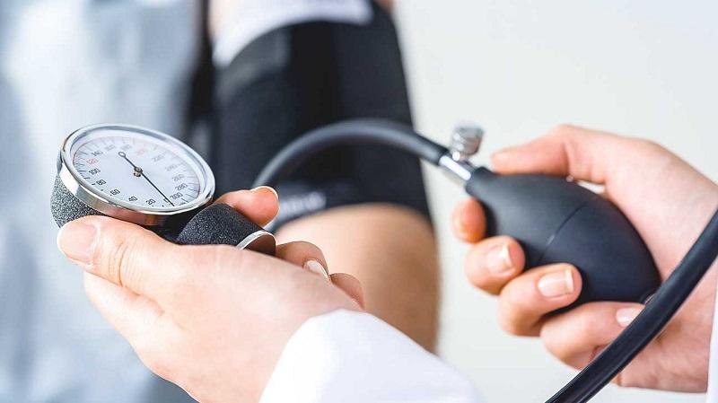 https: img.okezone.com content 2019 07 17 481 2080265 biaya-pengobatan-mahal-kenali-10-faktor-risiko-terkena-hipertensi-DeTzFiWP9k.jpg