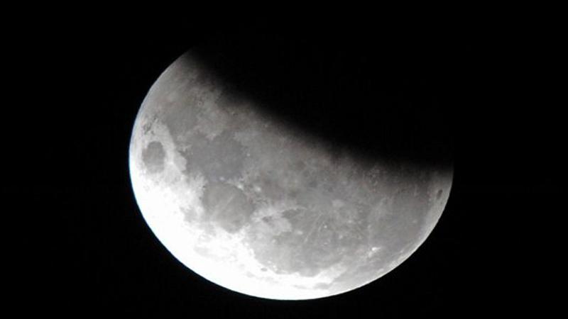 https: img.okezone.com content 2019 07 17 56 2079890 intip-foto-gerhana-bulan-sebagian-hasil-tangkapan-netizen-fPrTfs1Dv0.jpg