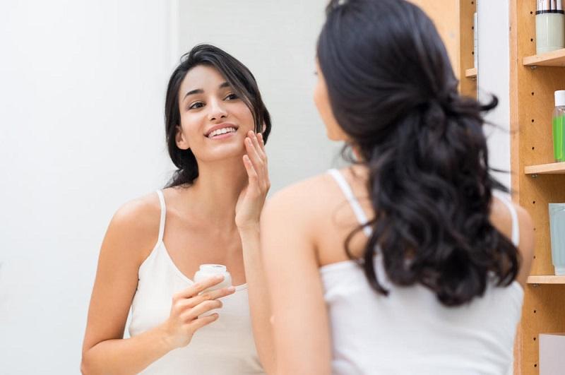 https: img.okezone.com content 2019 07 17 611 2079924 kosmetik-mengandung-asam-hialuronat-manfaatnya-sama-dengan-filler-iwZGyEeOWc.jpg