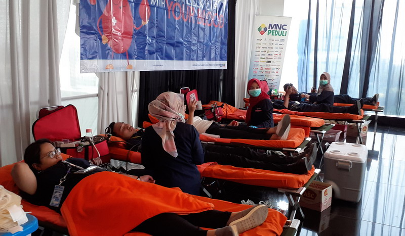 https: img.okezone.com content 2019 07 18 337 2080497 mnc-peduli-gelar-donor-darah-ratusan-karyawan-ikut-terlibat-Y2x5u2pOBY.jpg