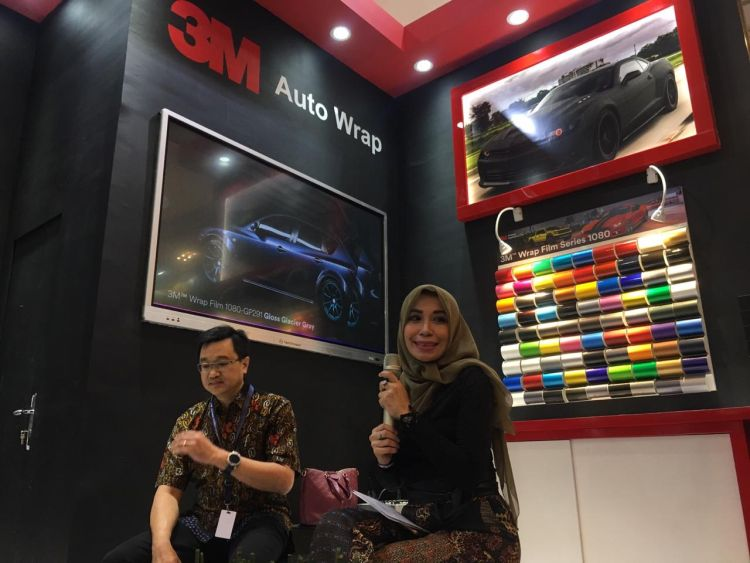 https: img.okezone.com content 2019 07 19 312 2081168 hadir-di-giias-3m-indonesia-perkenalkan-seri-stiker-3m-wrap-film-ZxLlcfhT4a.jpg