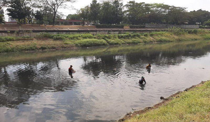 https: img.okezone.com content 2019 07 19 337 2081066 berburu-harta-karun-di-kanal-banjir-timur-BvrWBFi8en.jpg