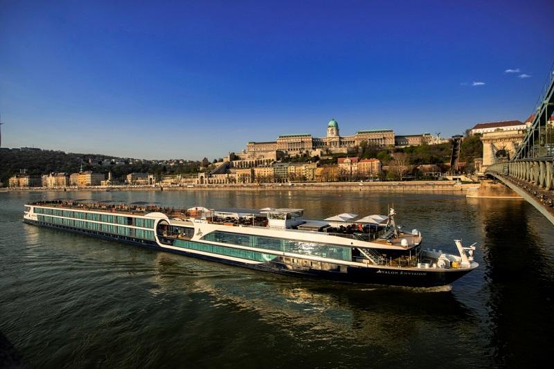 https: img.okezone.com content 2019 07 19 406 2081224 menyusuri-sungai-dengan-kapal-pesiar-jadi-tren-traveler-dunia-A7eSoAgOY3.jpeg