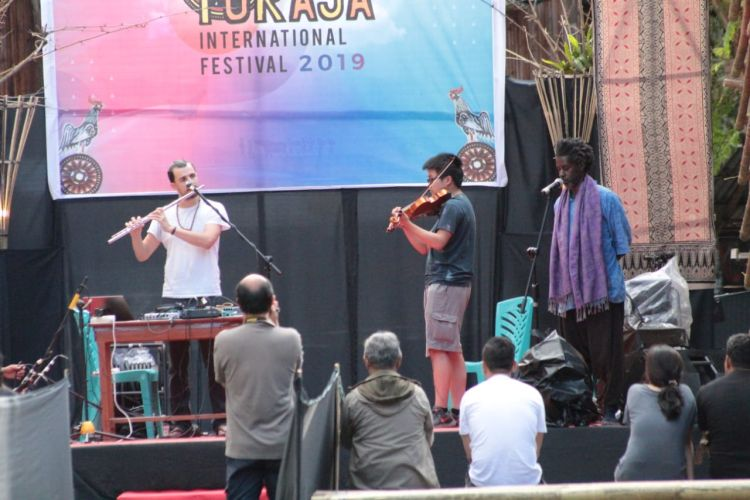 https: img.okezone.com content 2019 07 20 1 2081368 kolaborasi-seniman-mancanegara-awali-toraja-international-festival-2019-NFtFTXx0e9.jpg