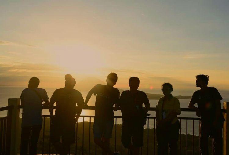https: img.okezone.com content 2019 07 21 1 2081623 menikmati-sunset-dari-atas-tahura-gunung-tumpa-bi12oxFNiD.jpg