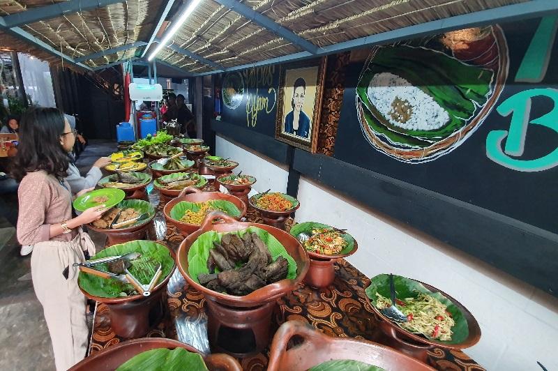 https: img.okezone.com content 2019 07 21 298 2081678 rekomendasi-tempat-santap-hidangan-khas-sunda-bersama-keluarga-di-akhir-pekan-47WEYZCVnP.jpg