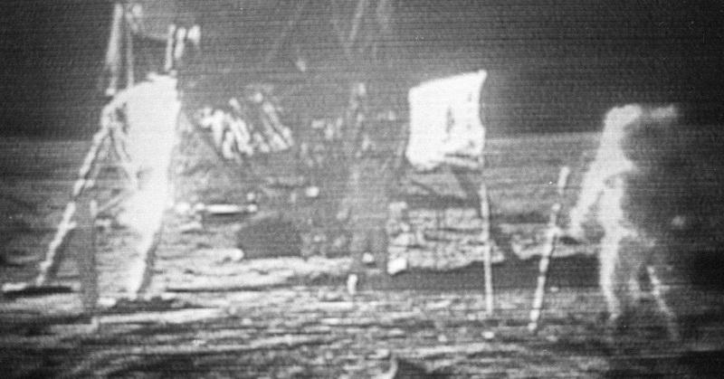 https: img.okezone.com content 2019 07 21 56 2081689 video-asli-pendaratan-manusia-di-bulan-dilelang-rp35-9-miliar-0vq0JQs3fJ.jpg