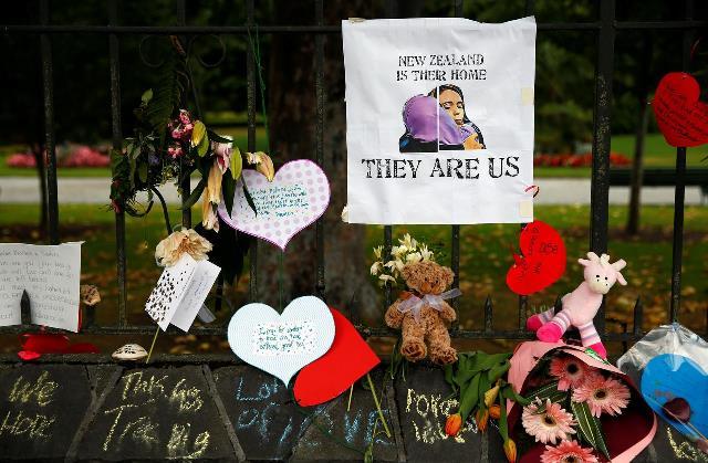 https: img.okezone.com content 2019 07 22 18 2081793 pasca-serangan-teror-di-masjid-warga-selandia-baru-serahkan-10-ribu-senjata-api-ke-negara-ljfr6VypaW.jpg