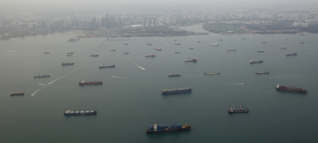 https: img.okezone.com content 2019 07 22 18 2081926 perompak-serang-kapal-kargo-korea-selatan-dekat-selat-singapura-05Im0zBU7f.jpg