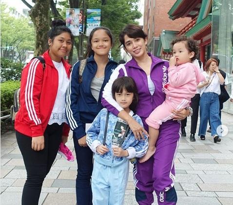 https: img.okezone.com content 2019 07 22 194 2082204 gaya-kompak-ussy-sulistiawaty-dan-4-anak-perempuannya-liburan-di-jepang-Yo6gDAJsXA.jpg