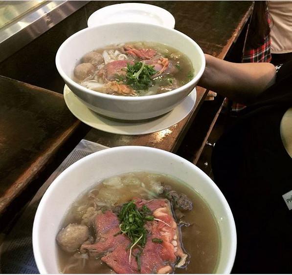https: img.okezone.com content 2019 07 22 298 2082107 mengulik-pho-mi-daging-sapi-khas-vietnam-favorit-jokowi-iriana-YBCHvEqbPY.jpg