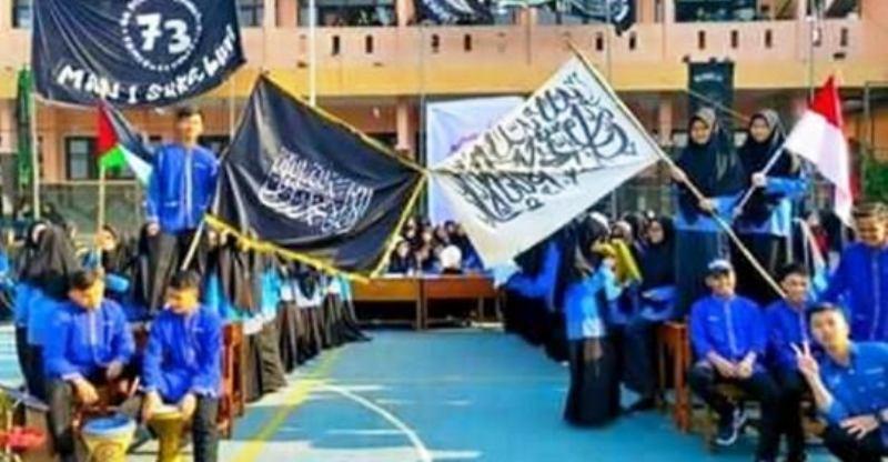 https: img.okezone.com content 2019 07 22 337 2081969 viral-pengibaran-bendera-tauhid-di-man-1-sukabumi-kemenag-tidak-terkait-hti-FwIDuDKUMO.jpg
