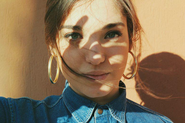 https: img.okezone.com content 2019 07 22 611 2081852 apakah-selfie-sunkiss-di-pagi-hari-berbahaya-untuk-kulit-wajah-begini-penjelasannya-cMJzUnk9nK.jpg