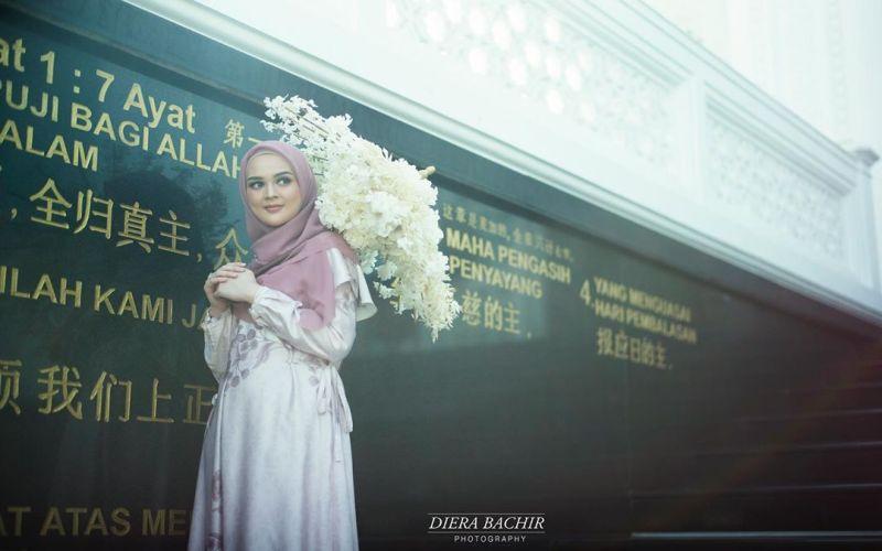https: img.okezone.com content 2019 07 23 33 2082534 prewedding-dengan-baju-muslim-aura-cut-meyriska-dan-roger-danuarta-terpancar-VgU8HI1MA8.jpg