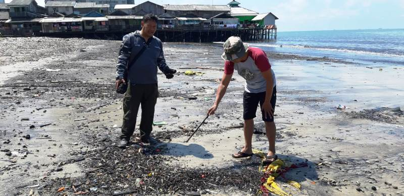 https: img.okezone.com content 2019 07 23 340 2082506 sampah-batu-bara-yang-menumpuk-di-pantai-balikpapan-sudah-lama-mengendap-di-laut-Kjiv78JsnR.jpg