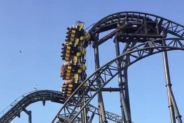 https: img.okezone.com content 2019 07 24 18 2083127 roller-coaster-mogok-penumpang-menggantung-30-meter-selama-20-menit-9qBBm7lAWo.jpg