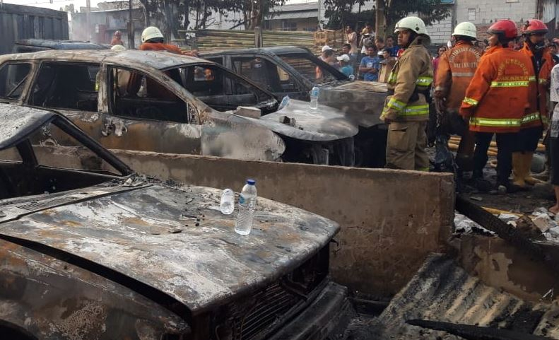 https: img.okezone.com content 2019 07 24 338 2082829 parkiran-mobil-di-pademangan-terbakar-17-unit-damkar-dikerahkan-M5dAYvkkFJ.JPG