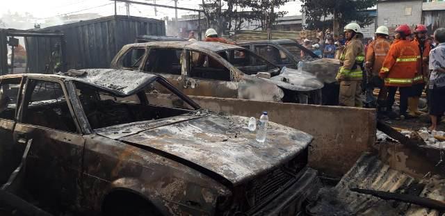 https: img.okezone.com content 2019 07 24 338 2082831 kebakaran-melanda-sejumlah-mobil-di-parkiran-kawasan-pademangan-uUW0qwh8iY.jpg