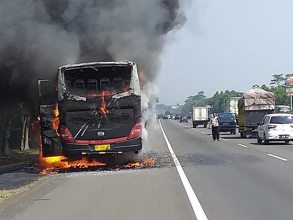 https: img.okezone.com content 2019 07 25 338 2083563 bus-pariwisata-terbakar-di-tol-jagorawi-api-diduga-dari-ac-O3R2Q4hlZA.jpg
