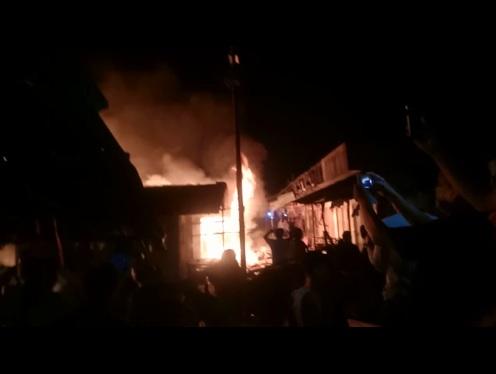 https: img.okezone.com content 2019 07 25 340 2083428 viral-remaja-kegirangan-di-tengah-kebakaran-netizen-miris-lihatnya-52hSKdKOwJ.jpg