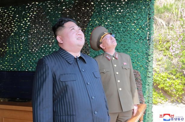 https: img.okezone.com content 2019 07 26 18 2083876 kim-jong-un-2-rudal-ditembakkan-sinyal-peringatan-untuk-korea-selatan-RNvL78Xd0B.jpg