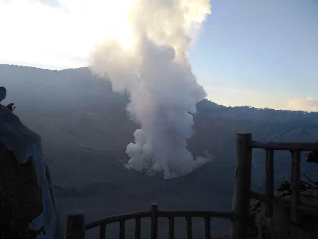 https: img.okezone.com content 2019 07 26 525 2084076 pasca-erupsi-wisata-gunung-tangkuban-parahu-ditutup-sementara-i4TiSfs6R7.jpg