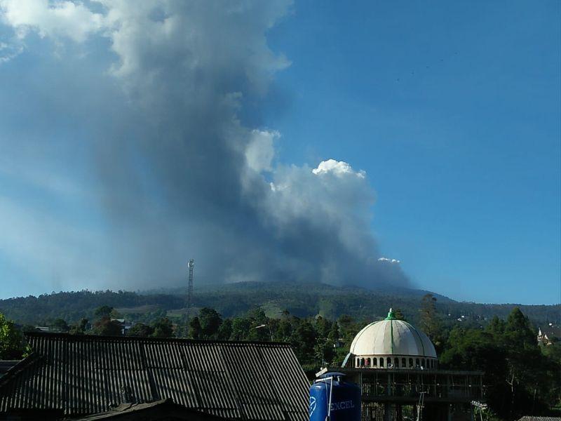 https: img.okezone.com content 2019 07 26 525 2084101 pasca-erupsi-bpbd-jabar-kirim-tim-ke-gunung-tangkuban-parahu-GikhdP8AzV.jpg