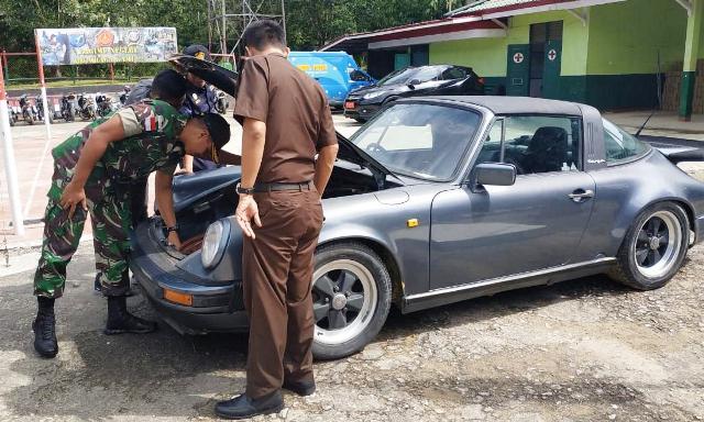 https: img.okezone.com content 2019 07 27 340 2084263 tni-gagalkan-penyelundupan-mobil-mewah-asal-malaysia-gHZhqZnsww.jpeg