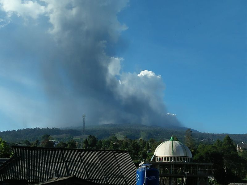 https: img.okezone.com content 2019 07 27 525 2084223 petugas-hingga-ambulans-siaga-di-sekitar-erupsi-tangkuban-parahu-q1vcNezovU.jpg