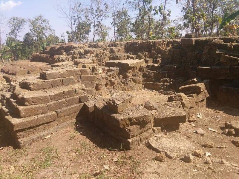 https: img.okezone.com content 2019 07 28 519 2084632 lindungi-peninggalan-kerajaan-airlangga-ekskavasi-tahap-ketiga-di-situs-kuno-patakan-selesai-YenVZ373aY.jpg