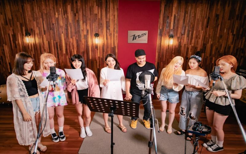 https: img.okezone.com content 2019 07 29 205 2084923 pengalaman-berkesan-glenn-alinskie-tampil-di-video-klip-bareng-girlband-korea-Lxm6pGhIR3.jpg