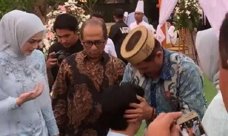 https: img.okezone.com content 2019 07 29 33 2084886 cut-meyriska-menangis-lihat-ayahanda-terima-sungkem-roger-danuarta-Glpr6rN7G1.jpg