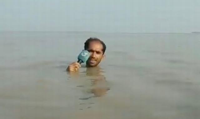 https: img.okezone.com content 2019 07 30 18 2085614 totalitas-jurnalis-tv-pakistan-tetap-liputan-meski-terendam-banjir-hingga-leher-nOA83sXW3b.jpg