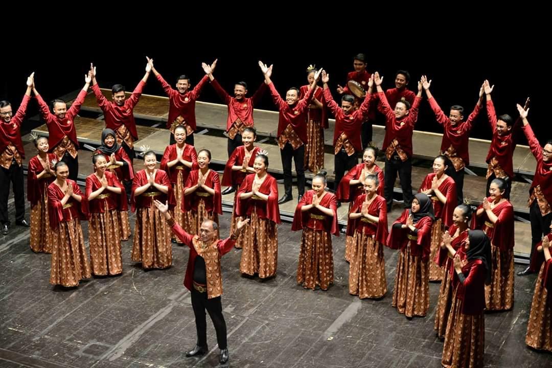https: img.okezone.com content 2019 07 30 65 2085259 harumkan-nama-indonesia-voca-erudita-uns-borong-8-penghargaan-ajang-paduan-suara-di-italia-MUrI9er9n6.jpg