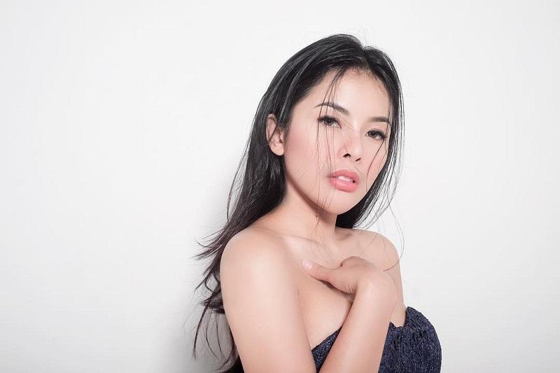 https: img.okezone.com content 2019 07 31 194 2085983 5-potret-sexy-elvia-cerolline-kekasih-baru-billy-syahputra-1yeN2ZtyQz.jpg
