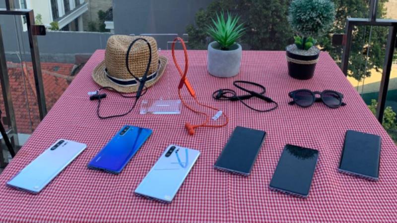 https: img.okezone.com content 2019 07 31 57 2086038 erajaya-tawarkan-earphone-dan-lampu-pintar-untuk-traveller-8xJQLcTbzN.jpg