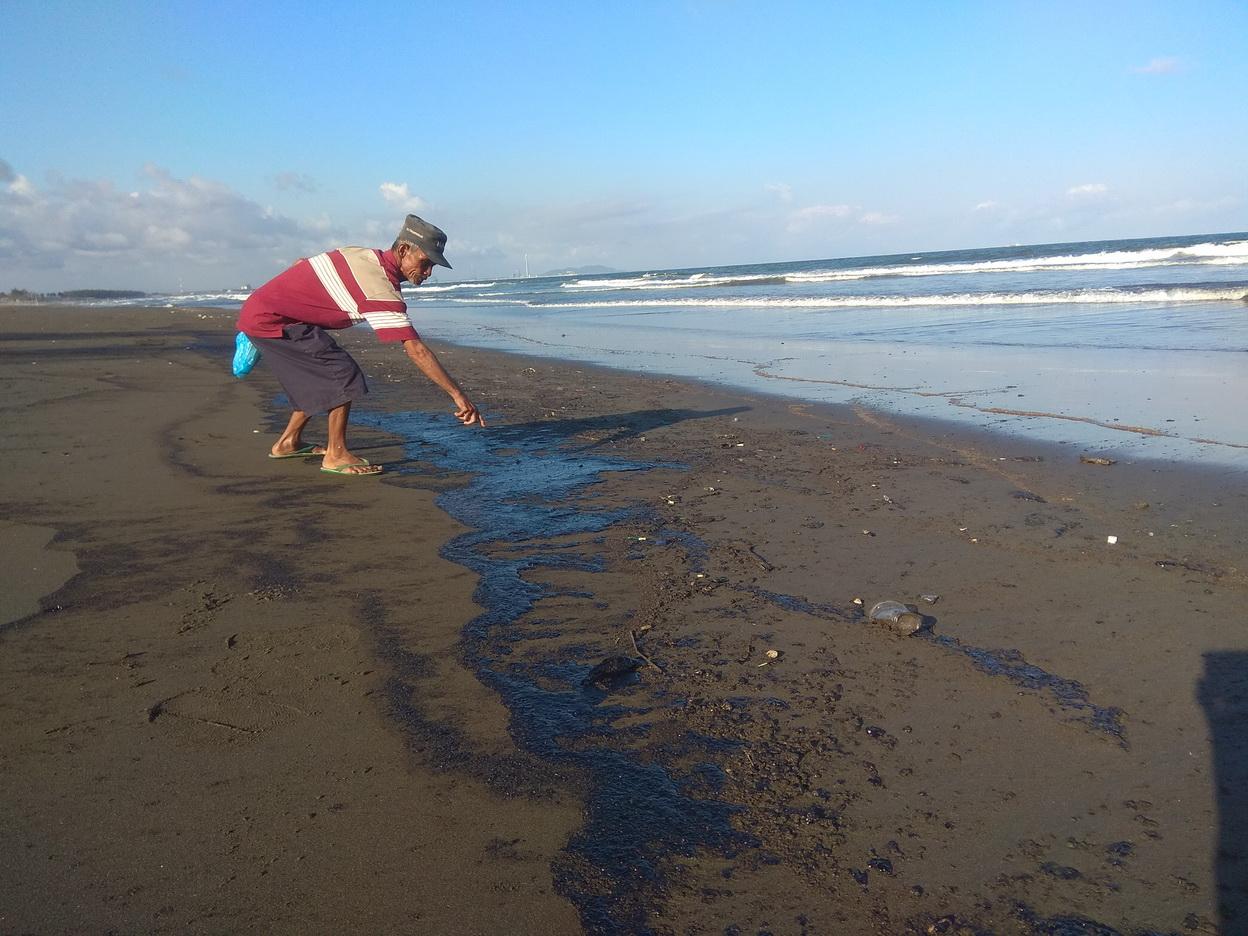 https: img.okezone.com content 2019 08 01 512 2086376 pantai-dan-perairan-cilacap-tercemar-minyak-hitam-loPEDS5Aan.jpg