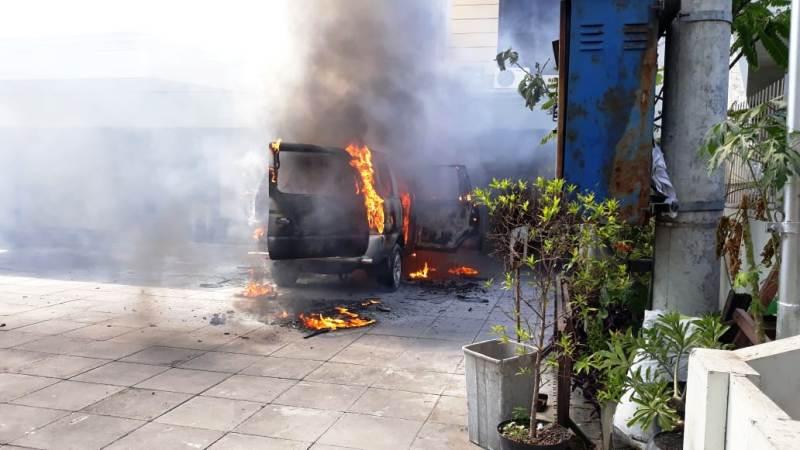 https: img.okezone.com content 2019 08 01 519 2086345 mobil-terbakar-dan-meledak-di-depan-gereja-hebohkan-warga-surabaya-bi4PY7hUUH.jpg
