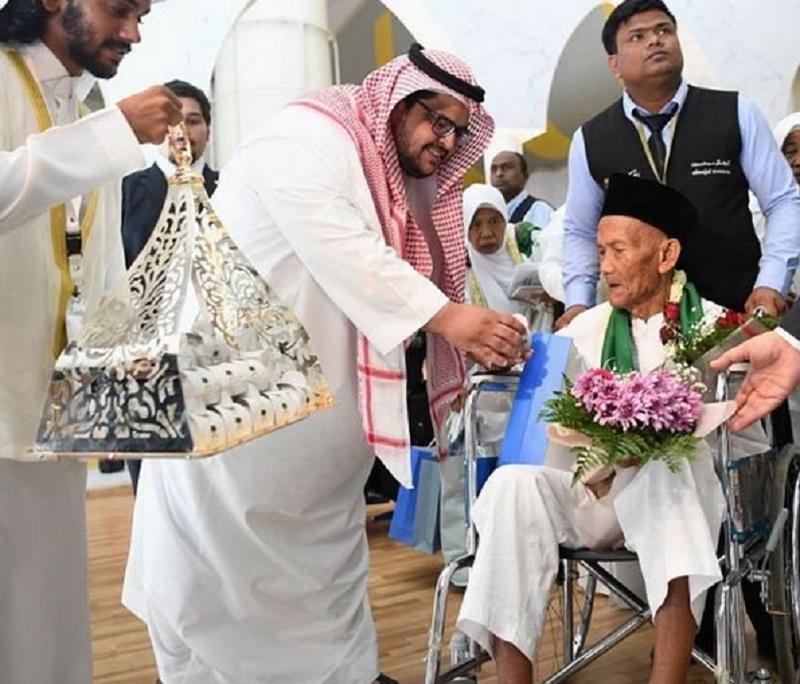 https: img.okezone.com content 2019 08 01 614 2086288 kakek-berusia-130-tahun-asal-indonesia-jadi-jemaah-haji-tertua-rXBpAHaESD.jpg