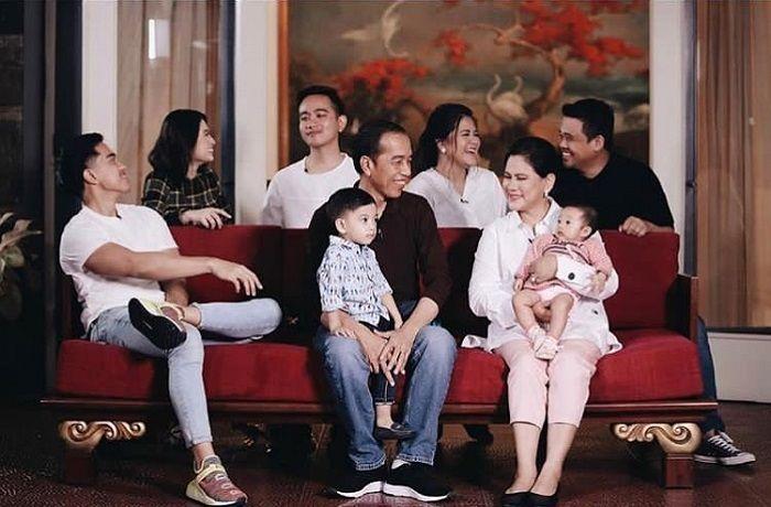 https: img.okezone.com content 2019 08 03 196 2087339 family-goals-keluarga-presiden-jokowi-yang-super-sederhana-wEwKpRgzUn.jpg