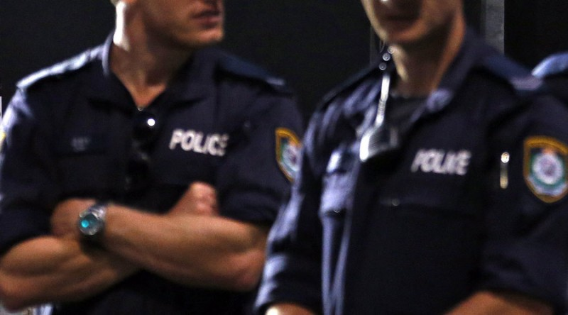 https: img.okezone.com content 2019 08 04 18 2087605 pasangan-suami-istri-polisi-di-malaysia-bobol-rumah-rekan-kerja-untuk-curi-celana-dalam-lqeAD2u0Bc.jpg